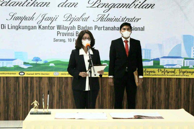 Foto: Andi Tenri Abeng, Kakanwil Banten (kiri) melantik tiga Pejabat Administrator, Rabu (10/2/2021).