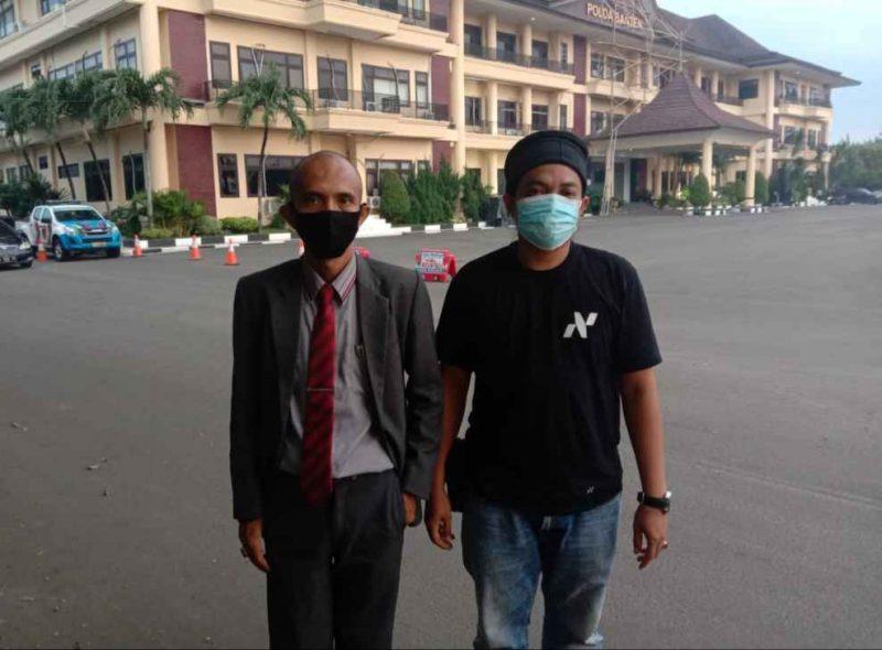 Foto: Iman Fuadi (kanan) bersama pendamping hukum, Cecep Syaifudin datangi Polda Banten untuk melaporkan PT Arthaasia Finance atas dugaan perampasan.