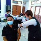 Foto: Sangki Wahyudin, Ketua PWI Kabupaten Tangerang disuntik vaksin Covid-19, Sabtu (27/2/2021).