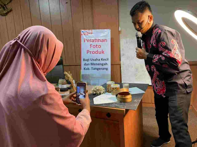 Foto: Alfamart latih pelaku UMKM cara memotret produk, Rabu (10/2/2021).
