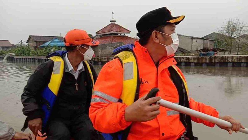 Foto: Camat Maryono (kanan) bersama Kepala UPT Damkar Periuk berpatroli air menggunakan perahu boat. (dok. infotangerang.co.id)
