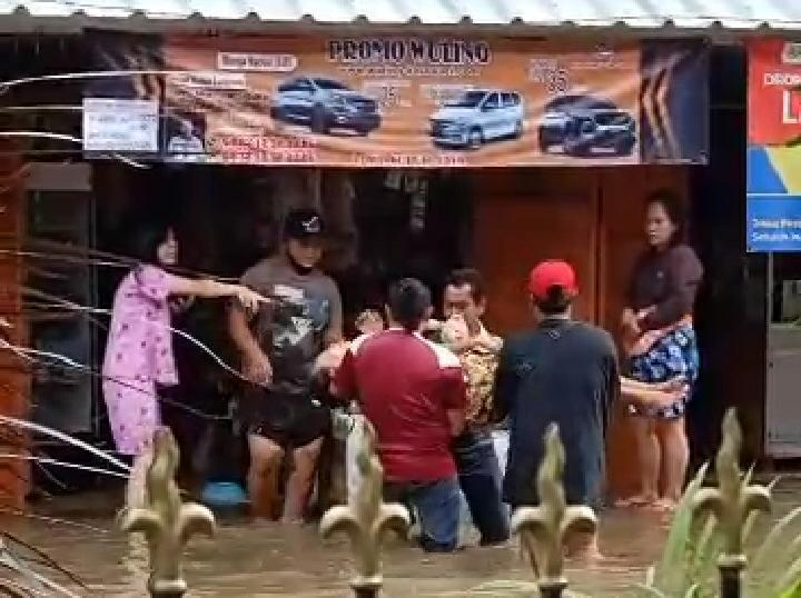 Foto: sejumlah warga menolong pasangan suami istri yang diduga tersengat aliran listrik, Sabtu (20/2/2021).