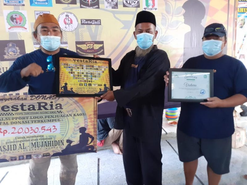 Foto: Ketua Vestaria berikan donasi untuk pembangunan Masjid Al-Mujahidin, Minggu (28/2/2021).