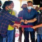 Penyerahan SK Badan Keamanan Desa Kampung Besar. (Foto: infotangerang.co.id)