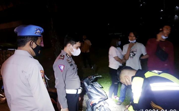 Polres Tangerang Selatan membubarkan kerumunan Sahur On The Road, Minggu (18/4/2021).