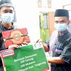 Ketua PWI Kabupaten Tangerang Sangky Wahyudin (kanan) berikan bantuan dari Alfamart. (dok. PWI Kabupaten Tangerang)