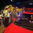 Anggota Koramil 02 Curug bersama personil gabungan memutar balik pemudik yang menuju Serang-Banten. (dok. infotangerang.co.id)