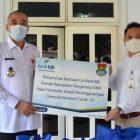 Bupati Tangerang Ahmed Zaki Iskandar (kiri) menerima paket sembako dari Kepala Cabang Bank BJB cabang Balaraja Ujang Aep Saepullah.