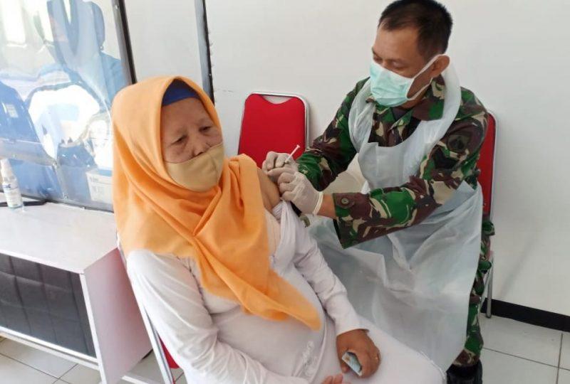 Salah seorang lansia dari keluarga besar TNI Korem 071/Wijayakusuma disuntik vaksin Covid-19. (dok. infotangerang.co.id)