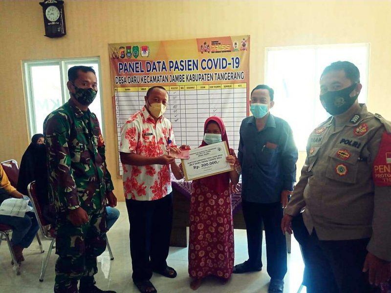 Danramil 06/Tigaraksa, Binamas Desa Daru, Kepala Desa Daru, staf Desa Daru bagikan BLT Dana Desa 2021. (dok. infotangerang.co.id)