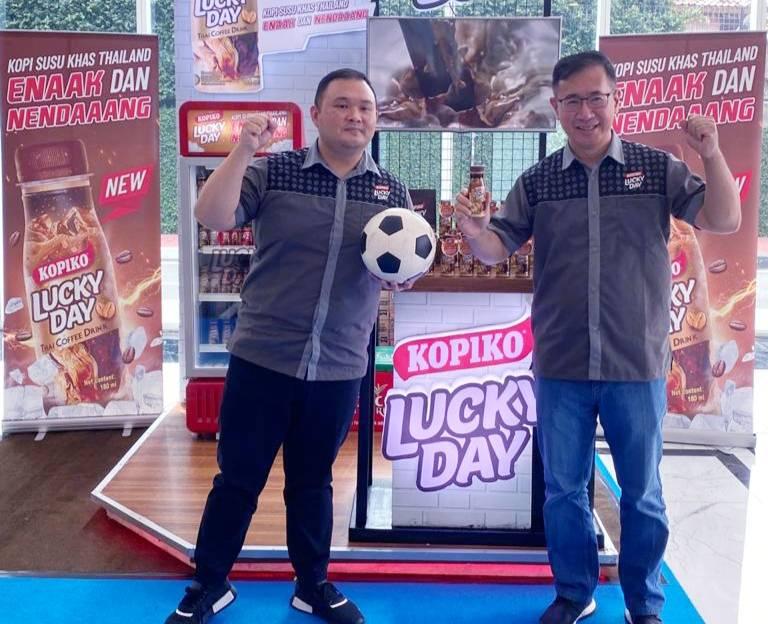 Marketing Manager RTD Coffee PT Tirta Fresindo Jaya (Mayora Group) Pikko Wijaya (kiri) bersama Sales & Marketing Director PT Tirta Fresindo Jaya (Mayora Group) Riko Sistanto. (dok. PT Tirta Fresindo Jaya)