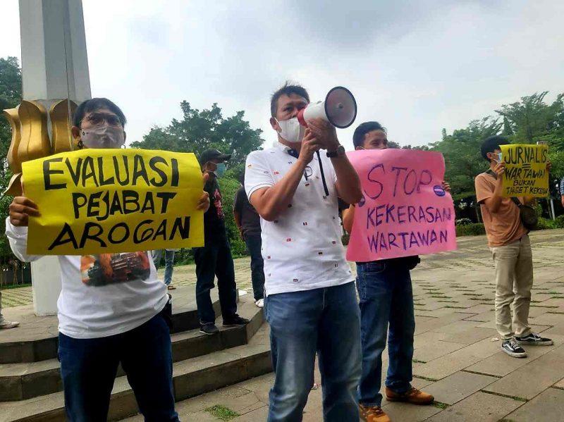 Sejumlah awak media menggelar aksi solidaritas buntut dari dugaan intimidasi yang dilakukan Kadispora Tangerang Selatan,  Entol Wiwi Martawijaya. (dok. KJK)