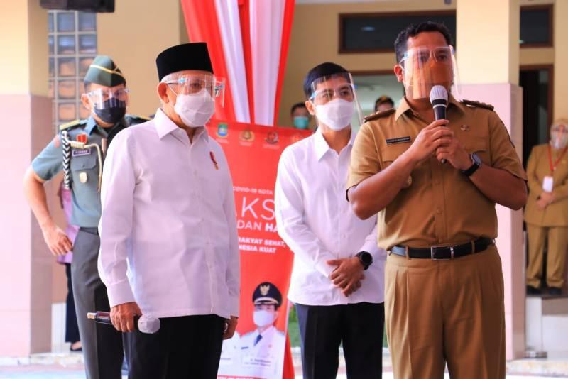 Wakil Presiden Ma'ruf Amin bersama Wali Kota Tangerang Arief R Wismansyah di kegiatan vaksinasi massal. (dok. infotangerang.co.id)