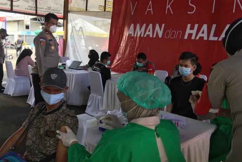 Polsek Karawaci gelar vaksinasi massal jelang HUT Bhayangkara ke-75. (dok. infotangerang.co.id)