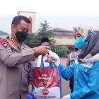 Kapolda Banten Irjen Dr Rudy Heriyanto memberikan sembako kepada serikat pekerja. (dok. infotangerang.co.id)