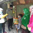 Polsek Cipondoh, Bhabinkamtibmas Aipda Komarudin berikan bantuan kepada warga tidak mampu di wilayah Kelurahan Poris Plawad. (dok. infotangerang.co.id)