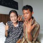 Rohaya 71 tahun bersama sang suami Slamet Riyadi 16 tahun. (Foto: sriwijaya post)