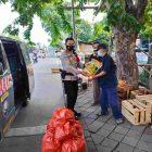 Jajaran Polsek Cipondoh melalui Kanit Binmas Ipda Zainal Arifin memberikan sembako kepada warga terdampak Covid-19. (dok. infotangerang.co.id)