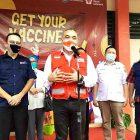 Bupati Tangerang Ahmed Zaki Iskandar saat meninjau kegiatan vaksinasi Covid-19 yang digelar PMI Kabupaten Tangerang. (dok. infotangerang.co.id)