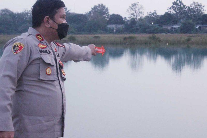 Polisi lakukan olah TKP tenggelamnya seorang bocah di danau kawasan Puspemkab Tangerang. (dok. Polresta Tangerang)