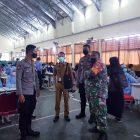 Bhabinkamtibmas bersama Babinsa Desa Peusar pantau langsung kegiatan vaksinasi untuk para siswa/siswi SMK Negeri 1 Kabupaten Tangerang. (dok. Polsek Panongan)