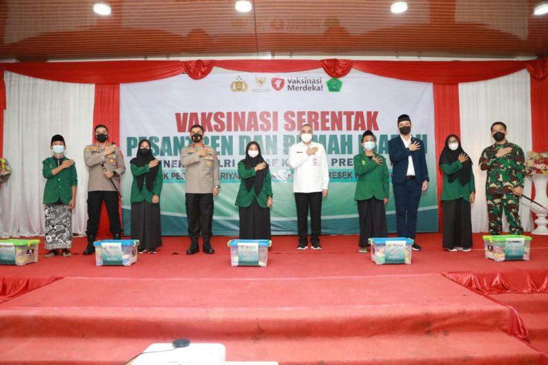 Kapolresta Tangerang Kombes Wahyu Sri Bintoro mendampingi Wakapolda Banten Brigjen Drs. Ery Nursatari dalam kegiatan peninjauan pelaksanaan Vaksinasi Merdeka yang digelar di Pondok Pesantren Modern Riyadhul Janah, Selasa (7/9/2021).