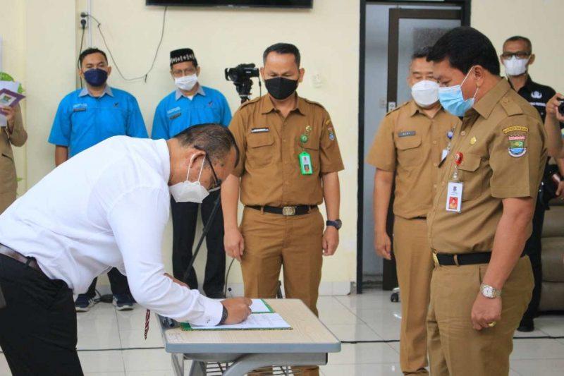 Sekda Pemerintah Kabupaten Tangerang Mochamad Maesyal Rasyid melantik pengurus Forum Komunikasi Lembaga Pelatihan dan Industri (FKLPI) Kabupaten Tangerang, Selasa (7/9/2021).
