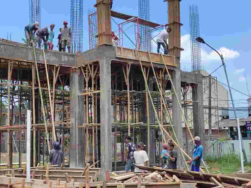 Para pekerja proyek pembangunan Aula Kelurahan Bojong Nangka tidak menggunakan Alat Pelindung Diri/APD. (dok. infotangerang.co.id)